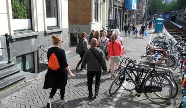 amsterdam stad uitje - Borrelboot, Wallen & Diner - Een compleet arrangement inclusief privé rondvaart door Amsterdam, stadswandeling door de Rosse Buurt en een lekker 3 gangen diner in een stadscafé. 't ideale dagje in Mokum!