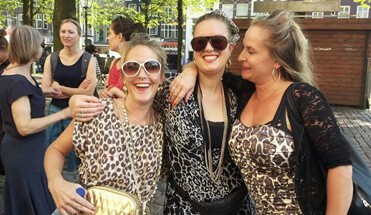 beppie ludieke stadswandeling - Op stap met Beppie - Beppie? Kent u d'r niet? Een echte Amsterdamse in hart en nieren! Ze neemt jullie vandaag op sleeptouw om haar Amsterdam aan jullie te laten zien! Ludieke stadswandeling!