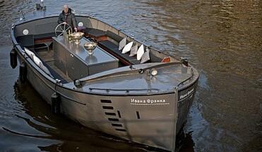 borrel sloep amsterdam1 - Borrel Sloep Amsterdam - Stap aan boord van onze sloep voor een gezellige borrelvaart over de Amsterdamse grachten. Inclusief drankjes Hollandse bar en een gezellige schipper.