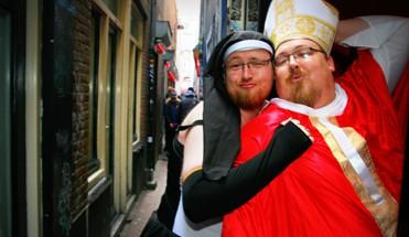 fotoshoot de wallen - Kinky Fotoshoot - Op zoek naar de ideale vrijgezellenfeest fotoshoot in Amsterdam? Boek dan onze Kinky Fotoshoot in Amsterdam! Een hilarische fotoshoot in een peeskamer op de Wallen!