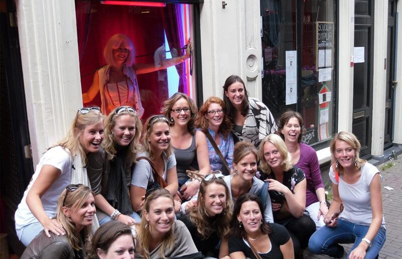 gwhf - Girls wanna have fun - Vrijgezellenfeest fotoshoot? Boek dan zeker deze bijzondere fotoshoot achter het rode raam in Amsterdam. Tijdens deze 1 uur durende shoot mogen jullie allemaal op de foto!