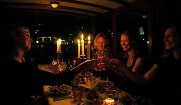 rondvaart met diner - Rondvaart Diner Amsterdam - Rondvaart Amsterdam met eten? Combineer een heerlijk 3 gangen diner met een mooie cruise! Maak een keuze uit de verschillende keukens en beleef een onvergetelijk avondje uit.