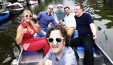 sloepen speurtocht sloepen rally amsterdam - Sloepen Rally Amsterdam - Één van onze leukste puzzeltochten op het water! In verschillende sloepjes strijden jullie op de mooie Amsterdamse grachten tijdens een regelrechte en ultieme team battle!