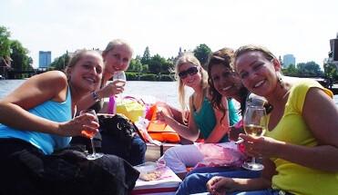 sloepen - Sloepen Rally Amsterdam - Één van onze leukste puzzeltochten op het water! In verschillende sloepjes strijden jullie op de mooie Amsterdamse grachten tijdens een regelrechte en ultieme team battle!